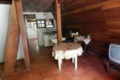 Cozinha, saleta e escada para o pavimento superior
